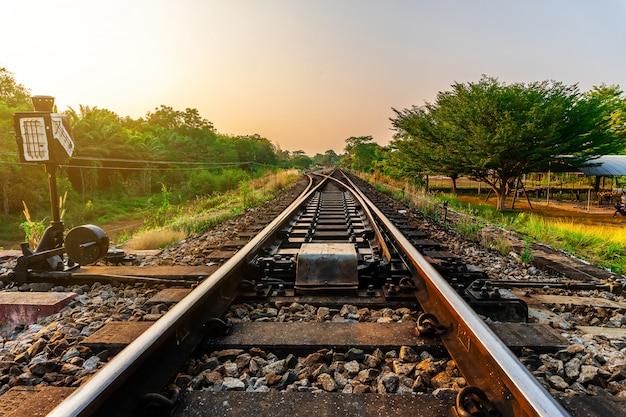 Trasporto ferroviario e ferroviario con il colore della luce solare del cielo Foto Premium