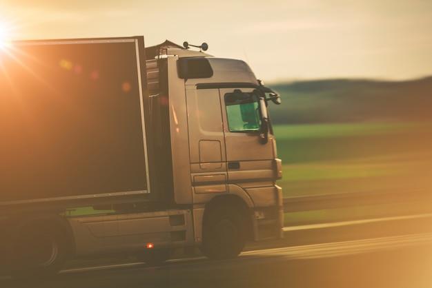 Trasporto su strada con camion Foto Gratuite