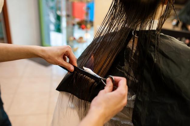 Trattamento anti-incendio nel salone di bellezza. Foto Premium