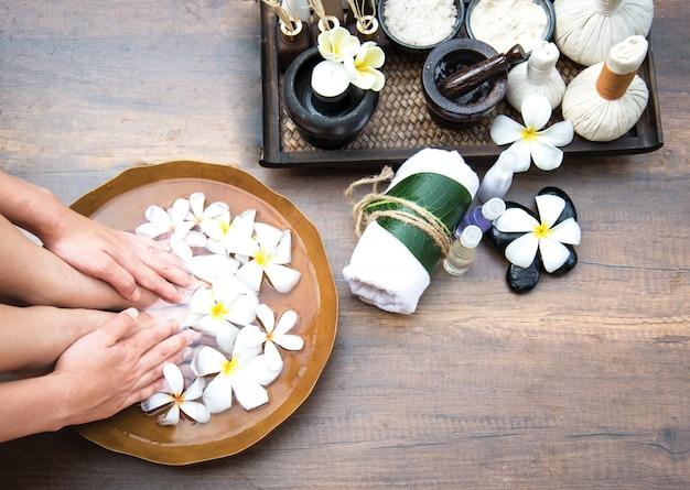 Trattamento e prodotto della stazione termale per la stazione termale femminile dei piedi, tailandia. seleziona e messa a fuoco morbida Foto Premium