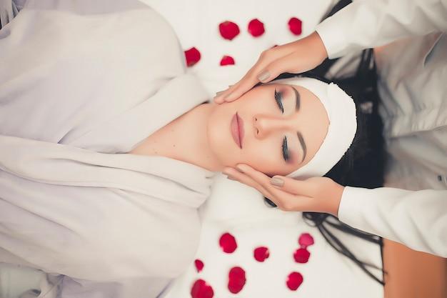 Trattamento viso cura della pelle spa. massaggio professionale per il viso. massaggiatore viso Foto Premium