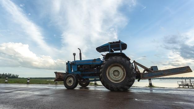 Trattore che lavora nella fattoria, un moderno trasporto agricolo. Foto Premium