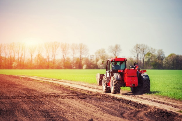 Trattori che lavorano sul campo. carpazi ucraina. europa Foto Premium