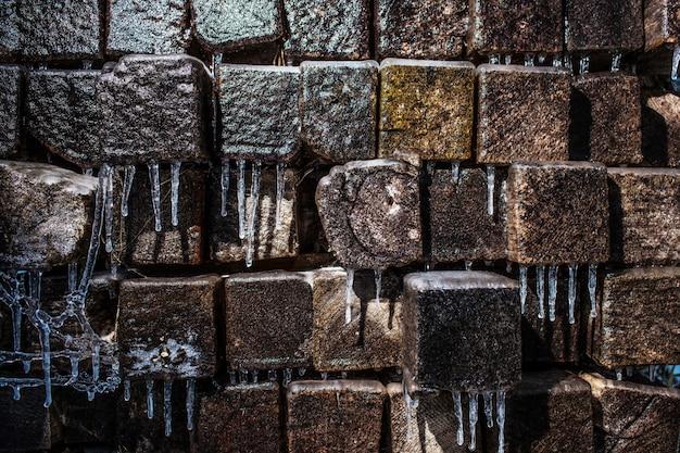Travi e ghiaccioli di legno coperti di ghiaccio Foto Premium