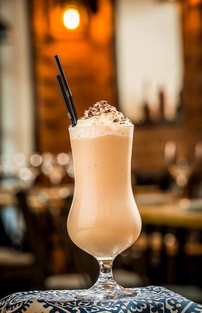 Tre cocktail in bicchieri di plastica con cannucce Foto Premium