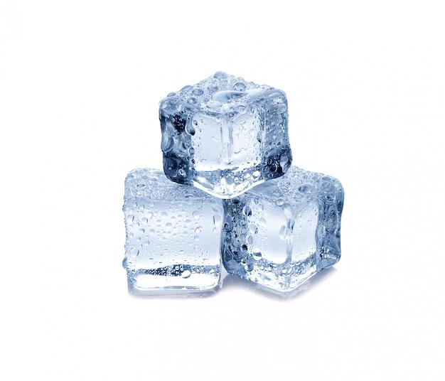 Tre cubetti di ghiaccio su sfondo bianco Foto Premium