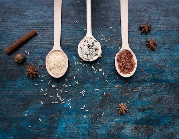 Tre diversi tipi di riso in cucchiai sul tavolo Foto Gratuite