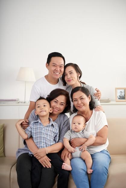Tre generazioni di famiglia asiatica Foto Gratuite
