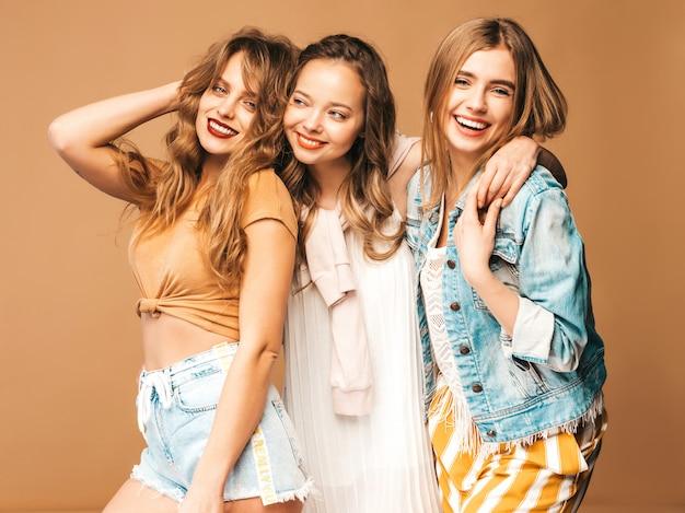 Tre giovani belle ragazze sorridenti in abbigliamento casual estivo alla moda. posa sexy spensierata delle donne. modelli positivi Foto Gratuite