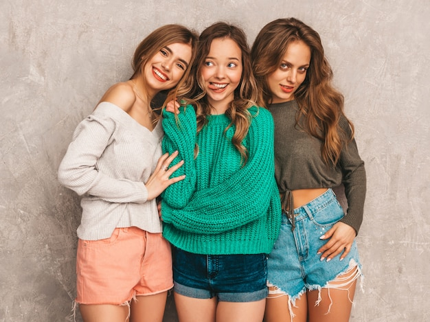 Tre giovani belle ragazze sorridenti splendide in abiti estivi alla moda. posa sexy spensierata delle donne. modelli positivi che si divertono Foto Gratuite
