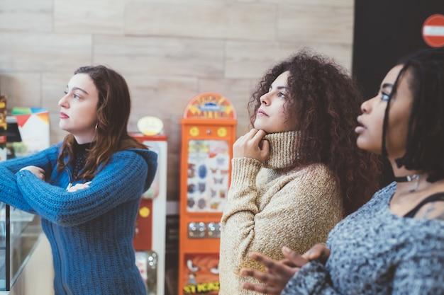 Tre giovani donne a fissare Foto Premium