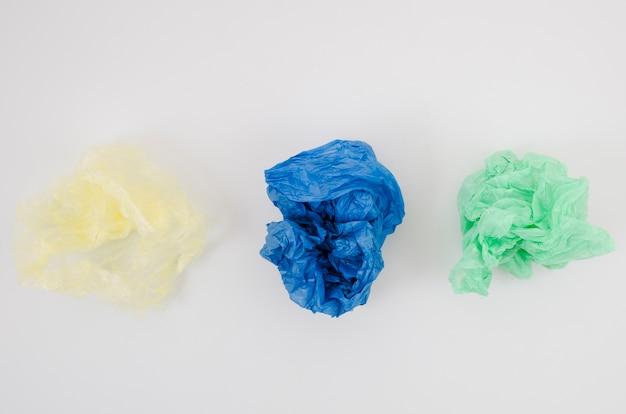 Tre hanno sgualcito il sacchetto di plastica in una fila isolato su fondo bianco Foto Gratuite