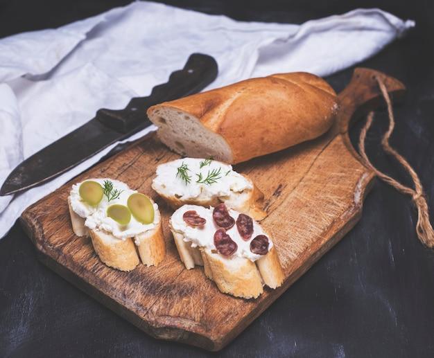 Tre panini con crema di formaggio Foto Premium