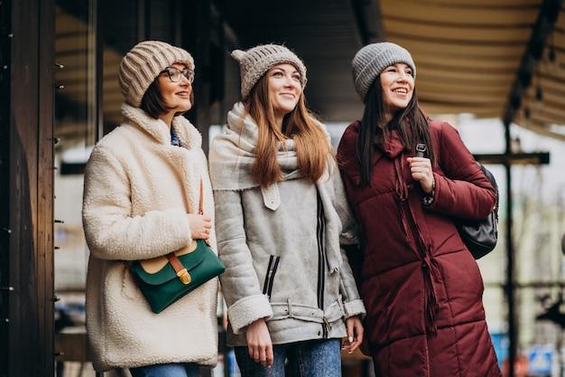 Tre studenti in abito invernale in strada Foto Gratuite