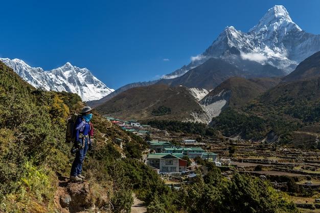 Trekker sulla rotta del campo base dell'everest con ama dablam, nepal. Foto Premium