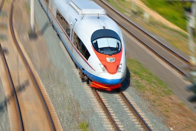 Treno ad alta velocità in movimento Foto Gratuite