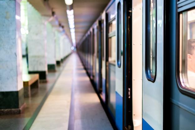 Treno della metropolitana che rimane su una stazione della metropolitana con le porte aperte Foto Premium