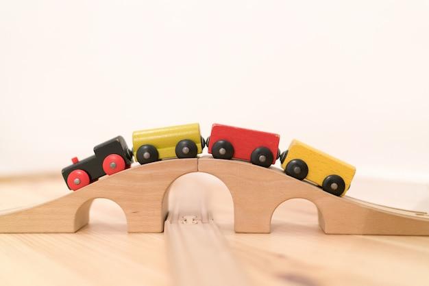 Treno impilabile in legno colorato per bambini Foto Premium