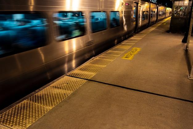 Treno in movimento vicino alla stazione Foto Gratuite