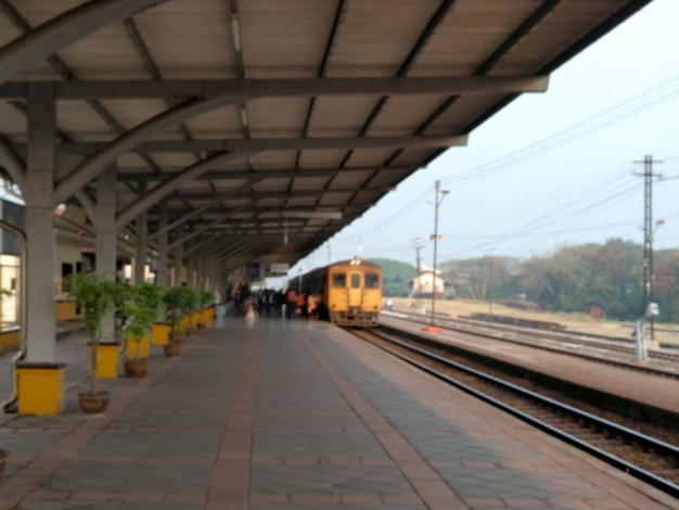 Treno offuscata con stazione ferroviaria Foto Premium