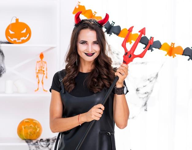 Tridente di halloween della holding della bella donna Foto Gratuite