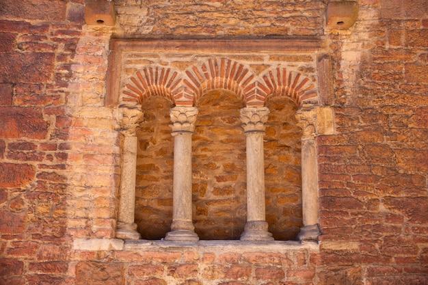 Trifora della chiesa di san tirso, asturie di oviedo, spagna Foto Premium