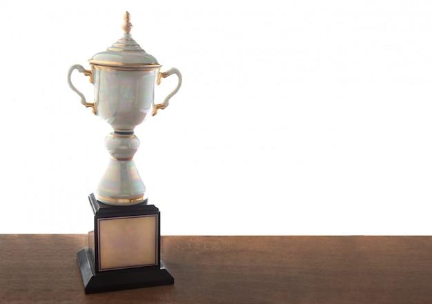 Trofeo di marmo sulla tavola di legno isolata. vincere premi con lo spazio della copia. Foto Premium