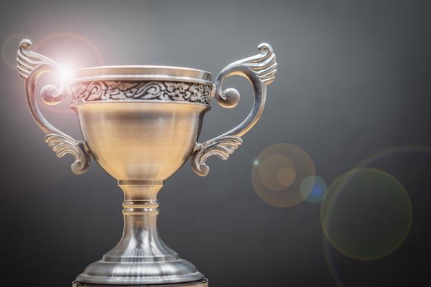 Trofeo in cima alla vecchia tavola di legno davanti alla lavagna. Foto Premium