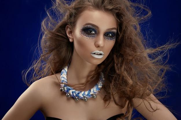 Trucco creativo sul viso della modella Foto Premium