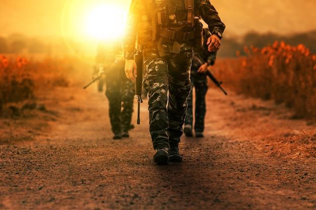 Truppa dell'esercito militare di pattuglia a lungo raggio Foto Premium