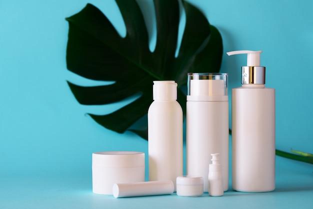 Tubi cosmetici bianchi su sfondo blu Foto Premium