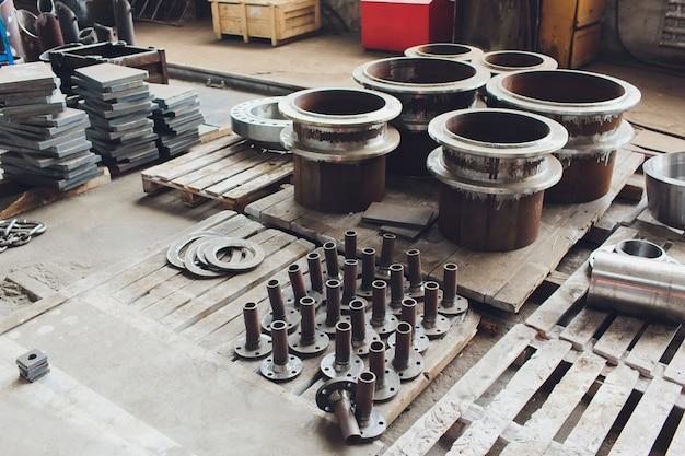Tubi d'acciaio contro industriale vago. metallo Foto Premium