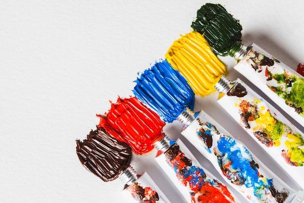 Tubi metallici con vernici Foto Gratuite