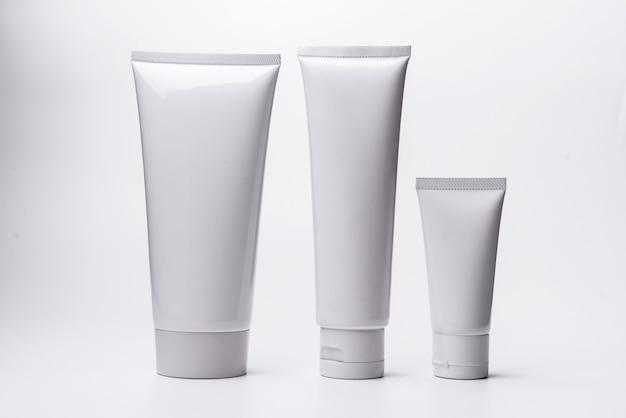 Tubo cosmetico bianco in bianco isolato su priorità bassa bianca. Foto Premium