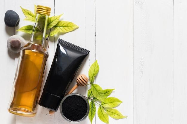 Tubo della maschera del carbone di legna su prodotti bianchi del fondo, della cosmetica e dello skincare Foto Premium