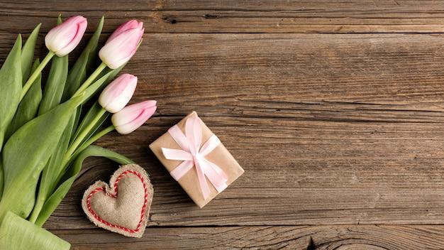 Tulipani con regalo accanto Foto Gratuite