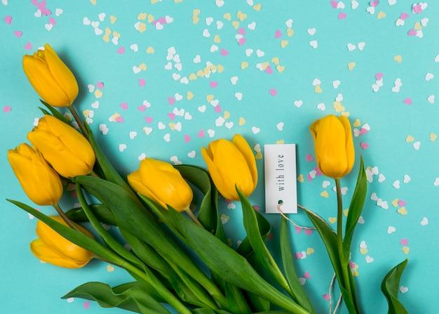 Tulipani gialli e con iscrizione d'amore Foto Gratuite