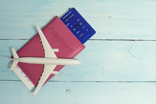 Turismo con un aereo, passaporto e biglietti Foto Premium