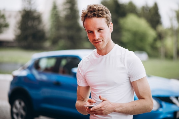 Turista bello dell'uomo che compra un'automobile Foto Gratuite