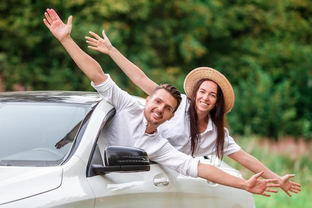 Turista delle giovani coppie che gode sulle vacanze estive Foto Premium