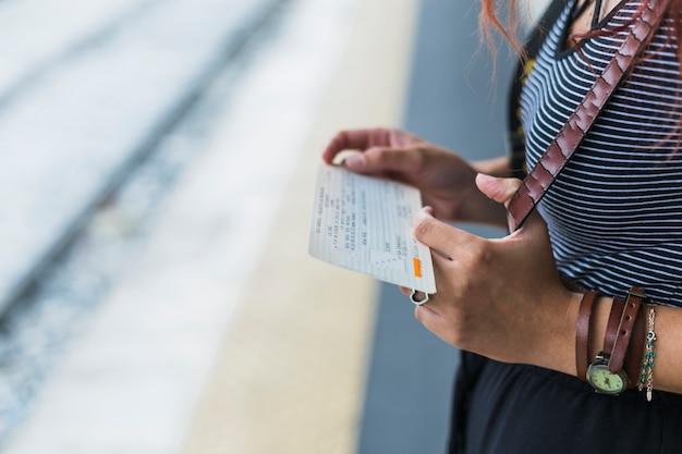 Turista femminile che aspetta treno Foto Gratuite