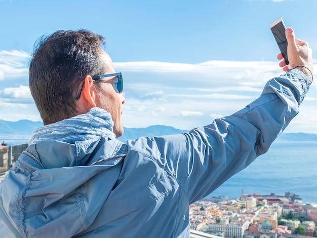 Turista giovane selfie ed è una foto scattata con lo smartphone nella città vecchia di berna Foto Premium