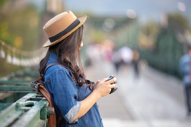 Turisti femminili che fotografano l'atmosfera Foto Gratuite