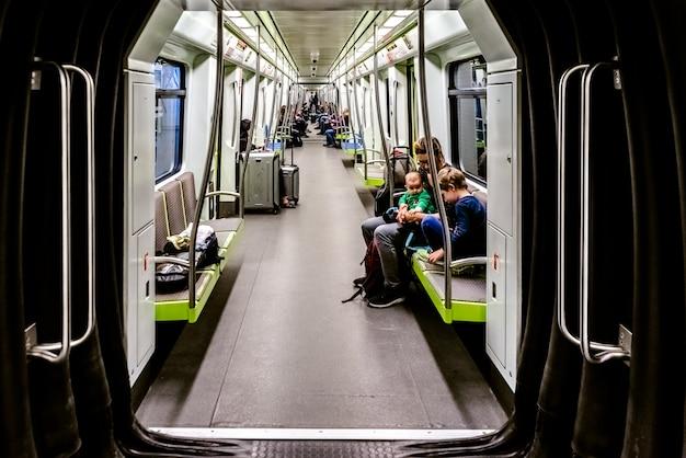 Turisti per l'aeroporto che viaggiano in auto della metropolitana. Foto Premium