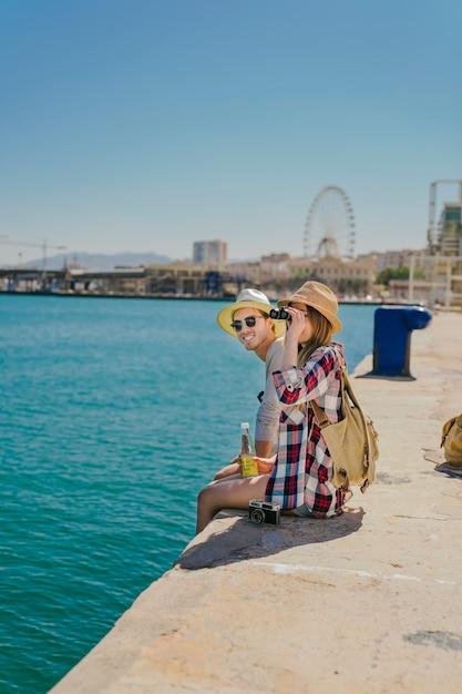 Turisti sulla costa con il binocolo Foto Gratuite