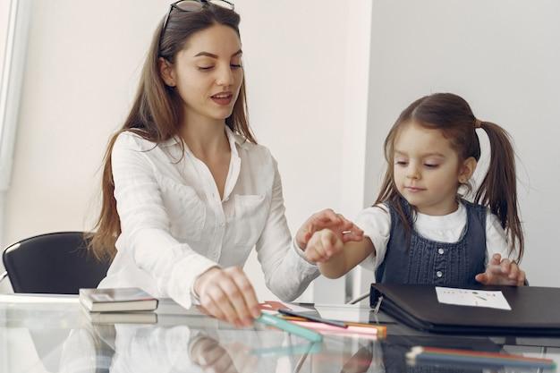 Tutor con bambina che studia a casa Foto Gratuite