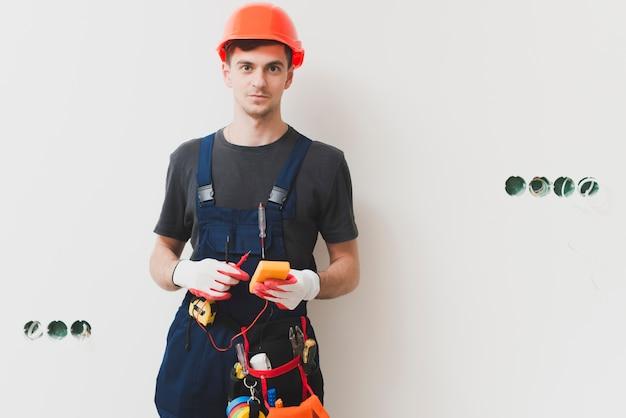 Tuttofare con strumenti al muro Foto Gratuite