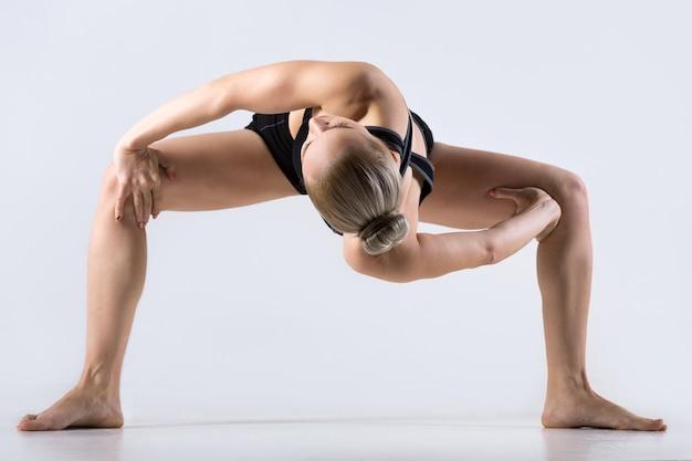 Twisting sumo squat pose Foto Gratuite