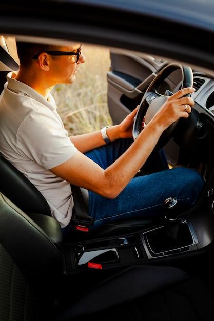 Ubicazione del giovane al volante Foto Gratuite