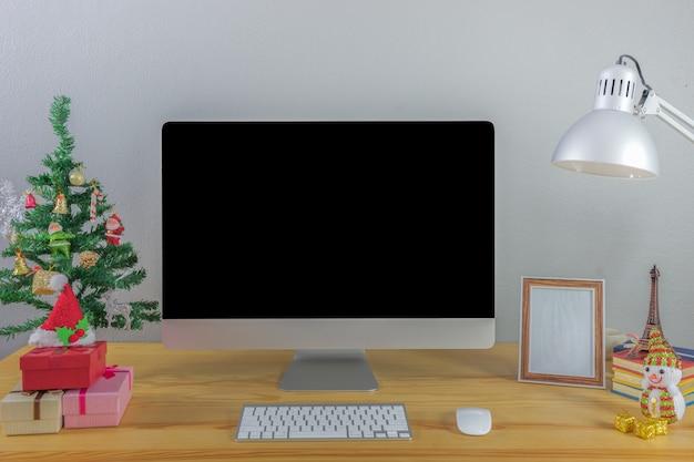 Ufficio che lavora su computer fisso Foto Premium